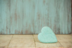 Μπλε καρδιά ημέρας βαλεντίνων στο εκλεκτής ποιότητας ξύλινο υπόβαθρο Στοκ Εικόνα
