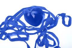 Μπλε καρδιά μεταξύ της κορδέλλας Στοκ Εικόνες