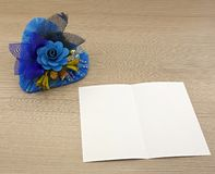 Μπλε καρδιά με τα μπλε λουλούδια Στοκ Εικόνες
