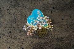 Μπλε καρδιά με τη χειροποίητη πόρπη μαλλιών Στοκ φωτογραφίες με δικαίωμα ελεύθερης χρήσης