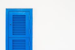 Μπλε καταστρέψτε το παράθυρο στον άσπρο τοίχο στοκ εικόνες