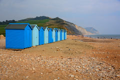 Μπλε καλύβες Charmouth Dorset Αγγλία UK παραλιών στοκ φωτογραφίες με δικαίωμα ελεύθερης χρήσης