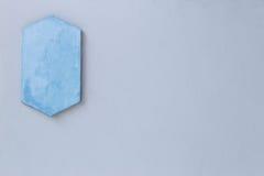 Μπλε κενό σημάδι στον κενό τοίχο Στοκ εικόνες με δικαίωμα ελεύθερης χρήσης