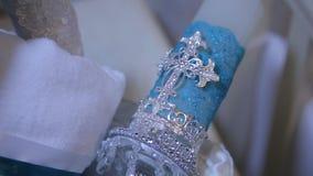 μπλε κερί διακοσμητικό Άσπρο μεγάλο διακοσμητικό κερί με τον ιερό σταυρό Ο αριθμός του σταυρού στο κερί εκλεκτικός απόθεμα βίντεο