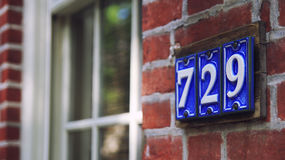 Μπλε κεραμικός αριθμός πινακίδας αυτοκινήτου οδών Στοκ φωτογραφία με δικαίωμα ελεύθερης χρήσης