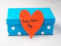 Μπλε κιβώτιο παρόν για την ημέρα πατέρων ` s με την κόκκινη καρδιά Στοκ Εικόνες