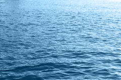 Μπλε κινηματογράφηση σε πρώτο πλάνο επιφάνειας κυμάτων θαλάσσιου νερού Στοκ Εικόνες