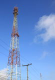 μπλε κινητός πύργος τηλεπικοινωνιών σταθμών τηλεφωνικού ουρανού βάσεων Στοκ εικόνα με δικαίωμα ελεύθερης χρήσης