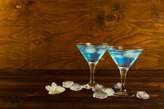 Μπλε κοκτέιλ ηδύποτου του Κουρασάο martini στα γυαλιά Στοκ Φωτογραφία