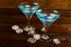 Μπλε κοκτέιλ λιμνοθαλασσών που εξυπηρετείται Martini στο γυαλί Στοκ εικόνα με δικαίωμα ελεύθερης χρήσης