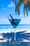 Μπλε κοκτέιλ στην παραλία στον ξύλινο πίνακα Στοκ Εικόνες