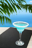 Μπλε κοκτέιλ στην τροπική παραλία Στοκ φωτογραφία με δικαίωμα ελεύθερης χρήσης