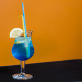 Μπλε κοκτέιλ στο πορτοκαλί υπόβαθρο Στοκ φωτογραφία με δικαίωμα ελεύθερης χρήσης