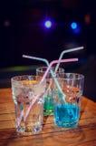 Μπλε κοκτέιλ στο υπόβαθρο φραγμών Στοκ Φωτογραφίες