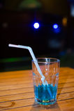 Μπλε κοκτέιλ στο υπόβαθρο φραγμών Στοκ εικόνα με δικαίωμα ελεύθερης χρήσης