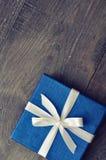 Μπλε κομψό κιβώτιο δώρων Στοκ εικόνα με δικαίωμα ελεύθερης χρήσης