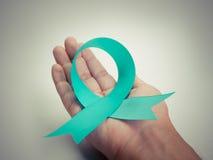 Μπλε κορδέλλα στα ανθρώπινα χέρια στοκ φωτογραφία με δικαίωμα ελεύθερης χρήσης