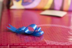 Μπλε κορδέλλα στο γαμήλιο κιβώτιο παρόν Στοκ Εικόνες