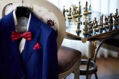 Μπλε κοστούμι με το δεσμό και το χαρτομάνδηλο Στοκ Εικόνες