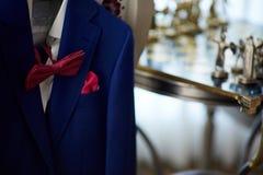Μπλε κοστούμι με το δεσμό και το χαρτομάνδηλο Στοκ εικόνα με δικαίωμα ελεύθερης χρήσης