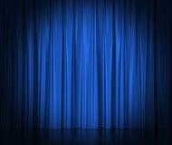 Μπλε κουρτίνες μεταξιού για το θέατρο και τον κινηματογράφο spotlit απεικόνιση αποθεμάτων