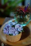 Μπλε κρέμα σχεδίου cupcake όπως το μπλε λουλούδι Hydrangea Στοκ εικόνα με δικαίωμα ελεύθερης χρήσης