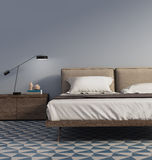 Μπλε κρεβατοκάμαρα με τον επιτραπέζιους λαμπτήρα και τα κεραμίδια Στοκ φωτογραφία με δικαίωμα ελεύθερης χρήσης