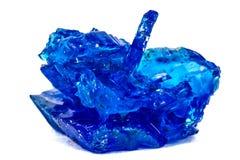 Μπλε κρύσταλλα vitriol, θειικό άλας χαλκού, που απομονώνεται στην άσπρη πλάτη Στοκ εικόνα με δικαίωμα ελεύθερης χρήσης