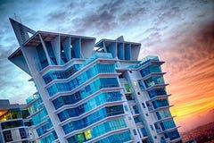 Μπλε κτήριο με το χρυσό φως ώρας Στοκ Εικόνες