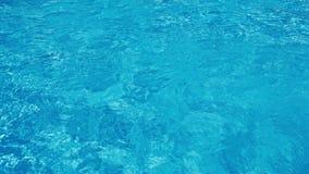 Μπλε κυματισμένο νερό υπόβαθρο στην πισίνα 4K φιλμ μικρού μήκους