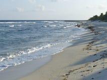 Μπλε κυματωγή και άσπρες άμμοι Στοκ φωτογραφίες με δικαίωμα ελεύθερης χρήσης