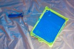 Μπλε κυλώντας βούρτσα με την πράσινη παλέτα Στοκ Εικόνες