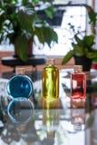 Μπλε κόκκινος μπουκαλιών αρώματος και κίτρινος Στοκ Εικόνα