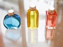 Μπλε κόκκινος μπουκαλιών αρώματος και κίτρινος Στοκ Φωτογραφία