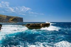 Μπλε κύματα θάλασσας που συντρίβουν πέρα από το βράχο στο νησί Gozo στη Μάλτα Στοκ εικόνα με δικαίωμα ελεύθερης χρήσης