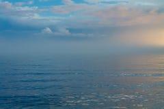 Μπλε κύματα με το μπλε ουρανό Στοκ Φωτογραφία