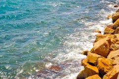Μπλε κύματα νερού σε μια δύσκολη παραλία Στοκ εικόνα με δικαίωμα ελεύθερης χρήσης