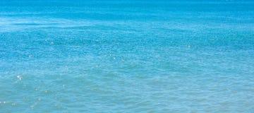 μπλε κύματα ύδατος επιφάνειας θάλασσας Στοκ Φωτογραφίες