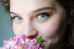 Μπλε μάτια και λουλούδι Στοκ Φωτογραφίες