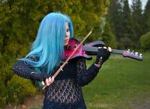 Μπλε-μαλλιαρό κορίτσι μουσικών Στοκ Εικόνες