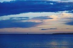 Μπλε μεσογειακό ηλιοβασίλεμα στο γαλλικό Riviera Στοκ εικόνες με δικαίωμα ελεύθερης χρήσης