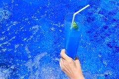 Μπλε μη αλκοολούχο ποτό σόδας υπό εξέταση Στοκ φωτογραφία με δικαίωμα ελεύθερης χρήσης