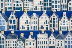 Μπλε μικροσκοπικά Άμστερνταμ σπίτια καναλιών του Ντελφτ στοκ φωτογραφία