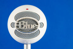 Μπλε μικρόφωνο συμπυκνωτών Podcast χιονιών Στοκ Φωτογραφία