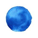 Μπλε μορφή κύκλων που χρωματίζεται με τα watercolors που απομονώνονται σε ένα άσπρο υπόβαθρο watercolor Καθιερώνοντα τη μόδα χρώμ Στοκ φωτογραφία με δικαίωμα ελεύθερης χρήσης