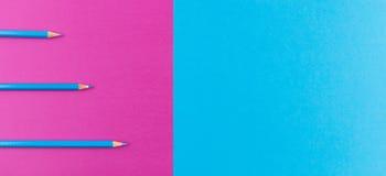 Μπλε μολύβια που τακτοποιούνται στο πορφυρό και μπλε υπόβαθρο αντίθεσης Στοκ φωτογραφία με δικαίωμα ελεύθερης χρήσης