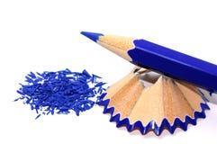 Μπλε μολύβι με τα ξέσματά του Στοκ Εικόνες