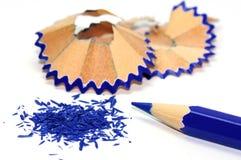 Μπλε μολύβι με τα ξέσματά του Στοκ Εικόνα