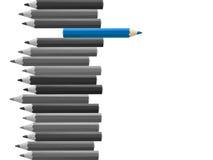 Μπλε μολύβι που σκέφτεται διαφορετικό από το πλήθος που απομονώνεται Στοκ Φωτογραφία