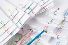 Μπλε μολύβι τα θεάματα που τίθενται με στο σωρό του εγγράφου υπερφόρτωσης Στοκ εικόνες με δικαίωμα ελεύθερης χρήσης